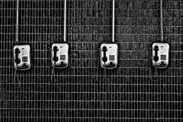 4 téléphones sur le mur en noir et blanc