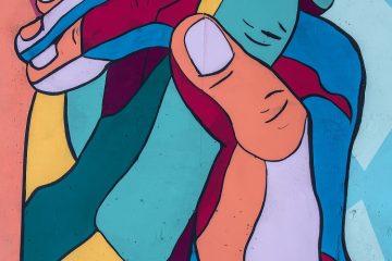 Illustration de mains : violet, rouge et bleu